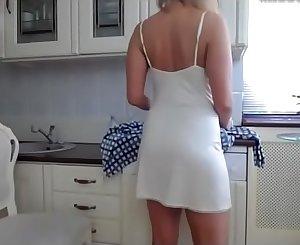 kitchen dancing mom